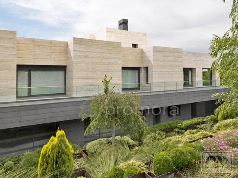 Las 5 mejores casas de la urbanizaci n la finca de madrid for Fachadas de chalets modernos