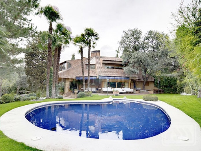 10 piscinas en chalets de madrid blog de inmobiliaria for Piscina lago madrid