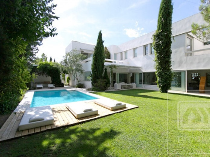 Piscina moderna en aravaca blog de inmobiliaria promora for Casas de campo modernas con piscina y jardin