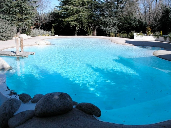 10 piscinas en chalets de madrid blog de inmobiliaria for Bordillos para piscina