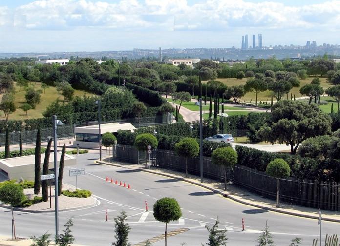 Entrada a la urbanizacion La Finca en Madrid