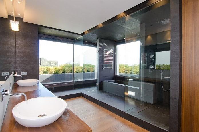 cuarto de baño de materiales exclusivos en La Moraleja