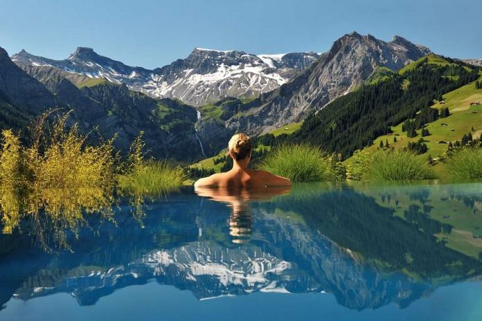 piscina con vistas a los alpes